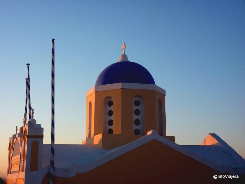 Pequeña Iglesia en Oia, Santorini, Grecia bañada por la luz del atardecer
