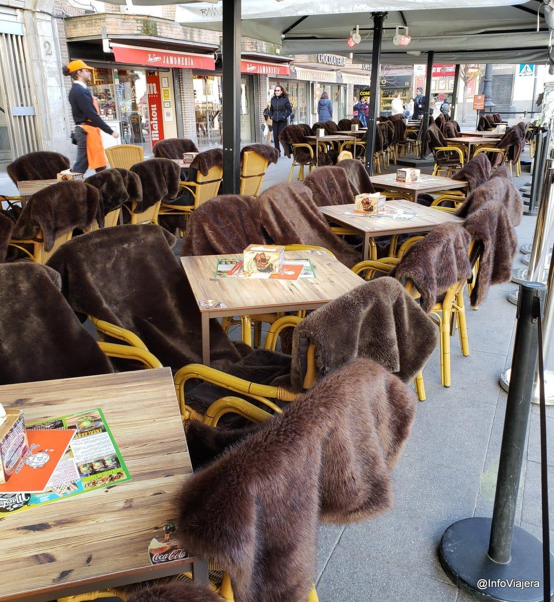 España - Madrid - Mantas en mesas exteriores terrazas bares